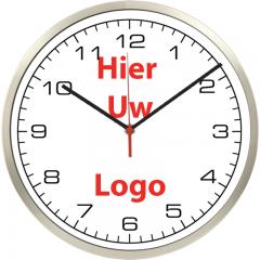 Logo op klok 30cm RVS rand smalle wijzers cijfers